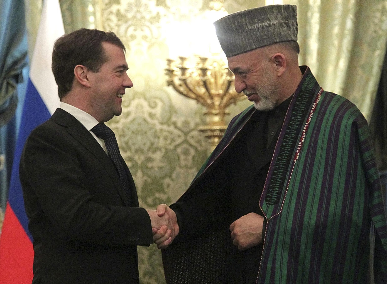 Le président  russe Dmitri Medvedev (à gauche) et son homologue afghan Hamid Karzaï, à Moscou le 21 janvier 2011.