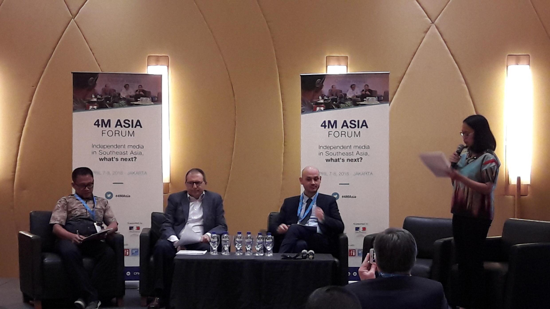 Từ trái sang phải: Ông Abdul Manan, Chủ tịch Liên hiệp các nhà báo độc lập, Indonesia, Đại sứ Pháp tại Jakarta Jean-Charles Berthonnet, ông David Hivet, Giám đốc châu Á, CFI, tại Diễn đàn 4M ASIA, Jakarta, 07/04/2018.