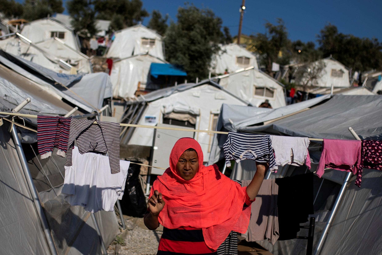 Migrantes se acumulam em acampamentos insalubres, como em Moria, o maior de Lesbos.