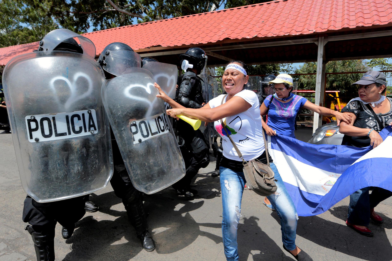 Polícia nicaraguense reprime manifestantes contra Daniel Ortega, em 23 de setembro 2018 em Manágua.