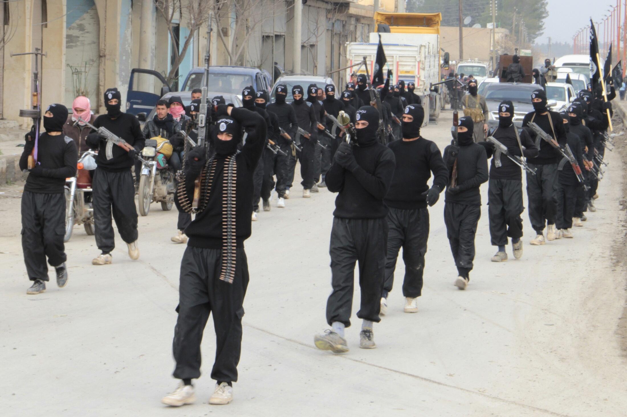 Des membres de l'EIIL paradent à Tel Abyad, à la frontière syro-turque. 2 janvier 2014.