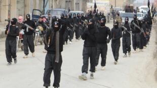 Integrantes do grupo radical Estado Islâmico do Iraque e do Levante desfilam na cidade de Tel Abyad, em 2 de janeiro de 2014.