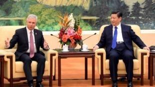 Une importante délégation de parlementaires français est à Pékin, menée par le président de l'Assemblée, Claude Bartolone, ici avec  Xi Jinping, le président chinois.
