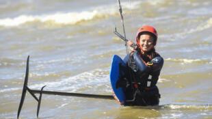La championne française de kitefoil Anais-Mai Desjardins lors d'un entraînement à Malo-les-Bains près de Dunkerque, le 16 avril 2021