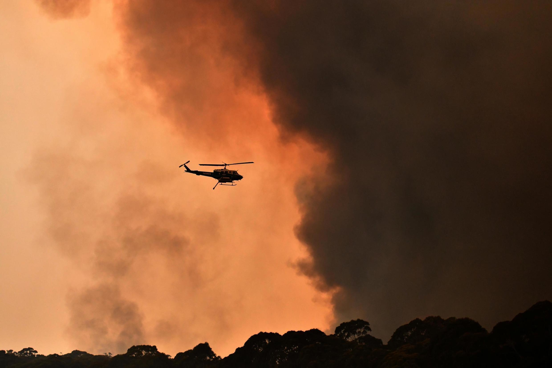 Um helicóptero é visto durante um incêndio perto de Bilpin, 90 km a noroeste de Sydney, na Austrália, em 19 de dezembro de 2019.