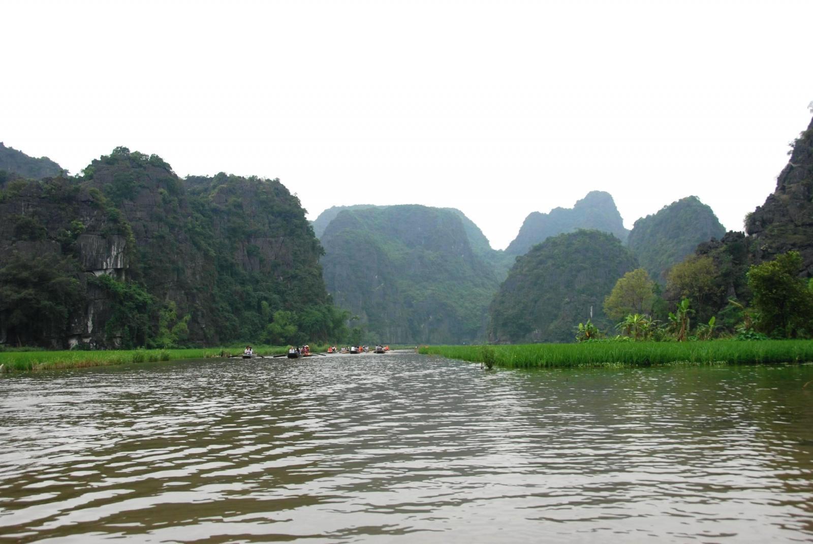 Đi đò trong khu danh thắng Tràng An, Ninh Bình.