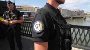 Des gendarmes français patrouillent dans les rues de Bayonne à la veille du sommet du G7 à Biarritz, le 23 août 2019