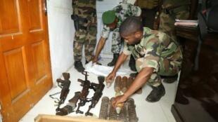 Des armes et des munitions sont saisies par l'armée comorienne à Mutsamudu, le 22 octobre 2018.