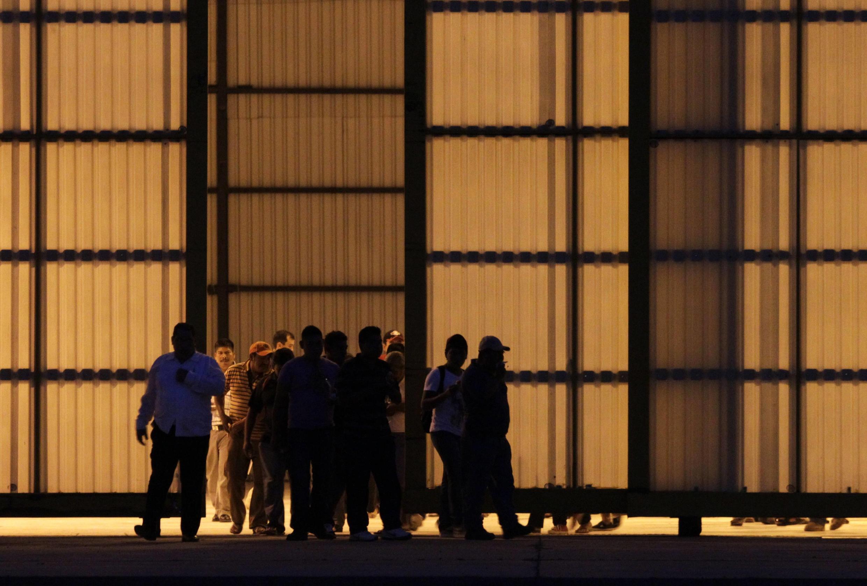 Les proches des 43 étudiants disparus, à leur sortie du hangar où ils ont rencontré les autorités mexicaines pour faire le point sur l'enquête, lundi 10 novembre 2014.