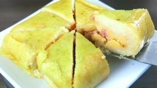 Un banh-chung, gâteau de riz gluant fourré à la viande.