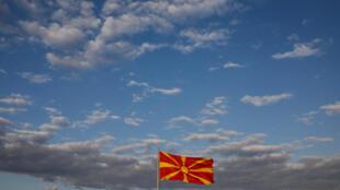 Un drapeau macédonien flotte un jour avant le référendum sur le changement de nom du pays qui lui permettrait de rejoindre l'OTAN et l'Union européenne à Skopje, en Macédoine, le 29 septembre 2018.