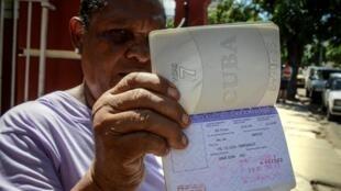 Una cubana muestra su permiso de salida en su pasaporte, La Habana, el 16 de octubre de 2012.