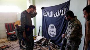 Las Fuerzas Democráticas Sirias inspeccionan armas encontradas en un puesto del grupo Estado Islámico en Raqa, Siria, el 7 de octubre de 2017.