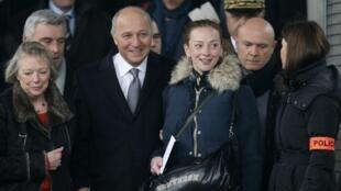 A francesa Florence Cassez(centro) foi recebida no aeroporto Charles de Gaulle pelo ministro francês das Relações Exteriores, Laurent Fabius (à esq.).