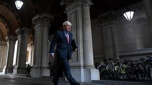 Boris Johnson se dirige a su residencia oficial del número 10 de Downing Street, el 22 de septiembre de 2020 en el centro de Londres