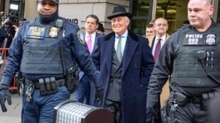 L'ancien conseiller et ami de Trump, Roger Stone, est sorti du tribunal libre ce 20 février à Washington.