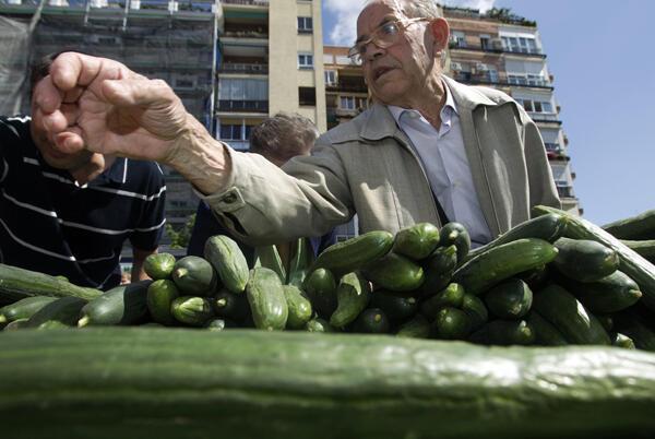 Madrid: varios agricultores distribuyeron gratuitamente  40.000 kilos de frutas y hortalizas, para mostrar la  bondad de estos productos, tras la crisis sanitaria desatada en Europa, de la  que fueron culpabilizados por error unos pepinos españoles.