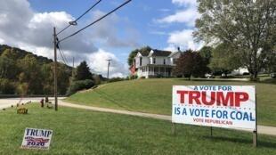 """""""Un voto para Trump es un voto para el carbón"""", dice este gran cartel de apoyo cerca de Waynesburg, Pennsylvania."""