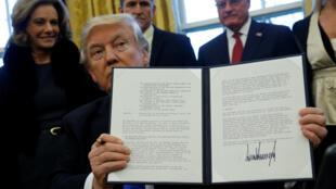 دونالد ترامپ فرمان تعلیق سه ماهه ورود شهروندان ایرانی و ۶ کشور دیگر مسلمان به آمریکا را پس از امضاء در مقابل دوربین رسانهها به نمایش گذاشت