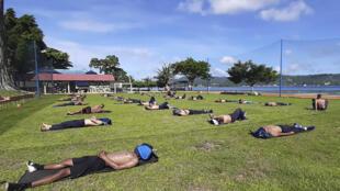 Militares toman sol en Ambon, Maluku. Foto difundida por el ejército el 17 de abril de 2020.