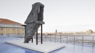 """Exposition """"Ici, Ailleurs"""". """"Shelter"""", sculpture de Sigalit-Landau sur le toit de la Tour Panorama à la Friche Belle de Mai avec vue sur la mer méditerranéenne."""