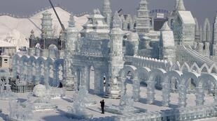 Les énormes sculptures de glaces du Festival de d'Harbin, qui s'est ouvert dimanche 5 janvier, attirent des touristes du monde entier.