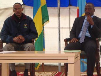 Le président rwandais Paul Kagame (g) et son homologue congolais Joseph Kabila, à Goma, le 6 août 2009.