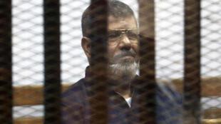 资料图片:埃及前总统穆尔西。2015年6月16日摄于开罗监狱。