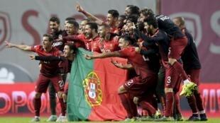 Os jogadores portugueses felizes com a qualificação para a fase final do Euro2016.