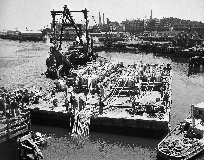Ảnh minh họa: Công trình rải 18 cáp điện thoại ngầm tại Boston, Massachusetts, Hoa Kỳ, năm 1952.