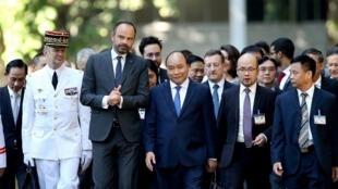 Thủ tướng Việt Nam Nguyễn Xuân Phúc (giữa, phải) và thủ tướng Pháp Édouard Philippe (giữa, trái) tại Hà Nội ngày 02/11/2018.