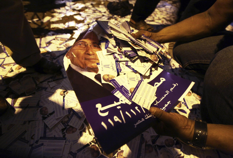 Des tracts du candidat Morsi, à l'extérieur de son QG du Caire, le 28 mai 2012.