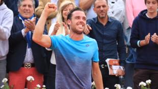 El italiano Marco Cecchinato celebrando su victoria en cuartos de final de Roland Garros tras batir al serbio Novak Djokovic 6/3 7/6 1/6 7/6