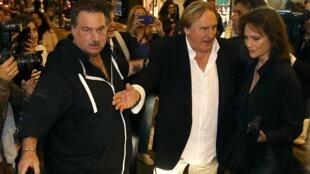 Gérard Depardieu e Jacqueline Bisset interpretam o casal Dominique Strauss-Kahn e Anne Sinclair.