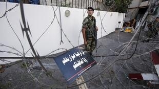 Un soldat libanais bloque la route menant à l'ambassade américaine à Beyrouth, le 6 septembre 2013.