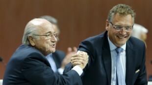 Jérôme Valcke (d.) assumiu o cargo de secretário-geral da Fifa em 2008, sob a presidência de Joseph Blatter.