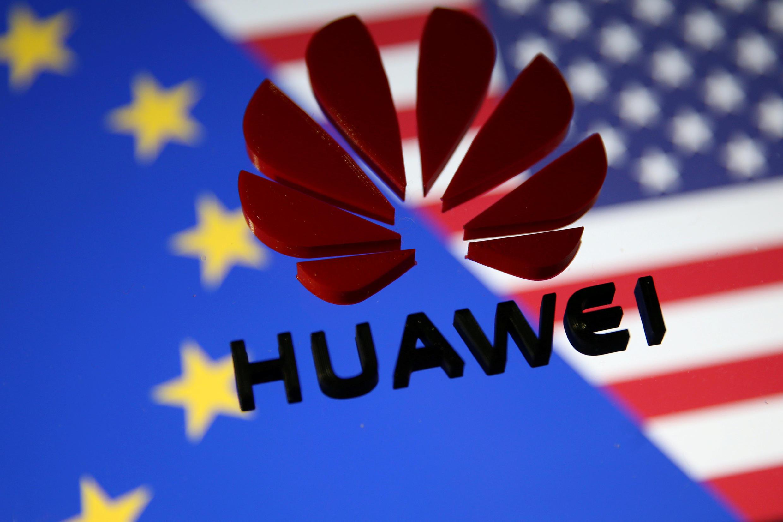 Ảnh minh họa: Biểu hiệu của Hoa Vi (Huawei) trên nền cờ Liên Hiệp Châu Âu và Hoa Kỳ