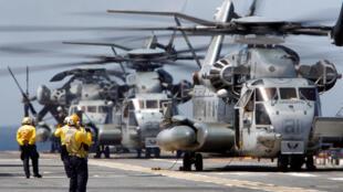 Những chiếc trực thăng CH-53 chuẩn bị cất cánh từ chiến hạm USS Kearsarge của Mỹ ngày 18/09/2017.