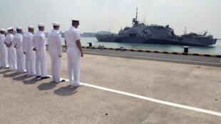 Tàu USS Freedom (loại Littoral Combat Ship - LCS) của Hoa Kỳ tại căn cứ hải quân Changi, Singapore, 18/04/2013