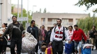 Roma being moved out of a camp in Evry, near Paris