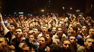 Des manifestants anti-Moubarak chantent dans les rues du Caire, le 29 novembre.