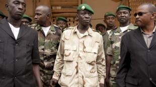 Le chef de la junte Amadou Sanogo sort de sa rencontre avec le président par intérim Dioncounda Traoré, le 9 avril 2012.