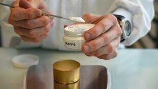 Un assistant de laboratoire procède à des tests de produits cosmétiques.