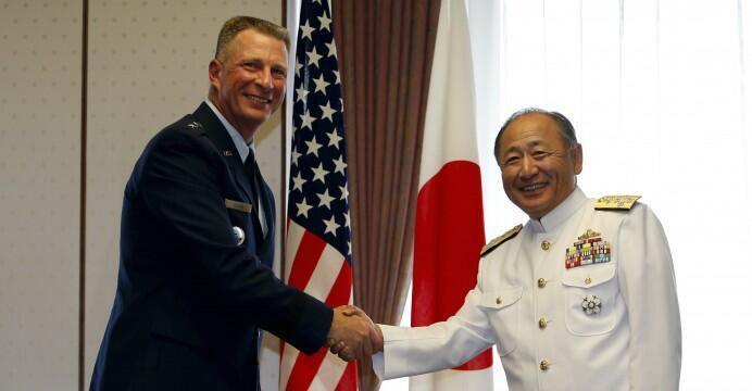Tư lệnh Hải quân Nhật Bản, đô đốc Katsutoshi Kawano (phải) và chỉ huy quân đội Mỹ tại Nhật Bản