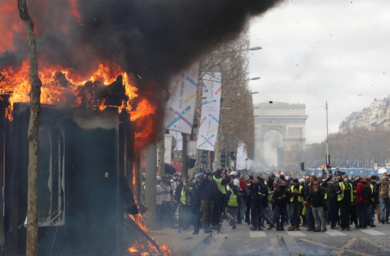 شنبه سیاه- شانزدهم مارس-حوالی طاق پیروزی-خیابان شانزهلیزه-پاریس