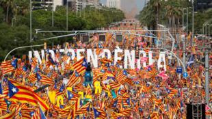 Les rues de Barcelone sont parées de rouge et d'or comme chaque année le 11 septembre, à l'occasion de la «Diada», fête nationale Catalogne.