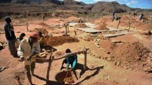 Exploitation d'une mine de saphirs à Madagascar.