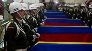 ពិធីគោរពវិញ្ញាណក្ខន្ធសពប៉ូលិសកូឡុំប៊ី ៦នាក់ ស្លាប់ដោយស្នាដៃពួកឧទ្ទាម FARC កាលពីថ្ងៃចន្ទ ទី២៩ តុលា ឆ្នំា ២០១២