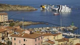 Вокруг судна установлены плавучие заграждения, чтобы защитить побережье от возможного разлития мазута