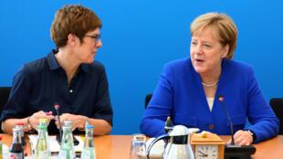 La secrétaire générale de la CDU Annegret Kramp-Karrenbauer (g) est candidate à la succession d'Angela Merkel à la tête du parti.